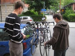 Cyklarna på bilen innan vi åker ner till Motala