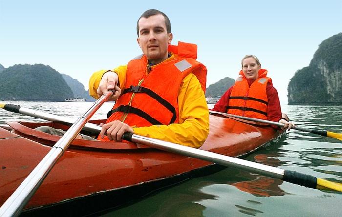 halong-bay-paddling